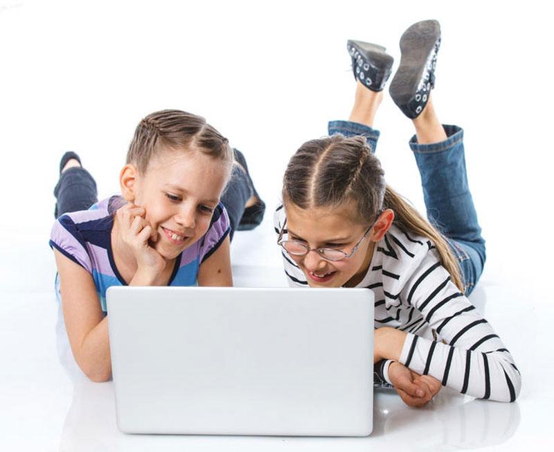 девочки играют в компьютерные игры