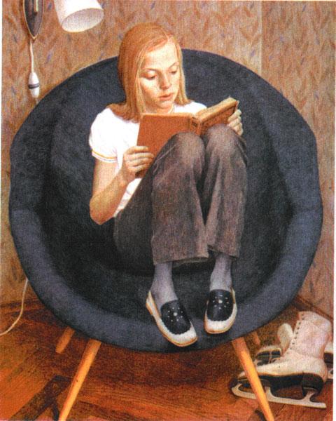 девочка читает в кресле